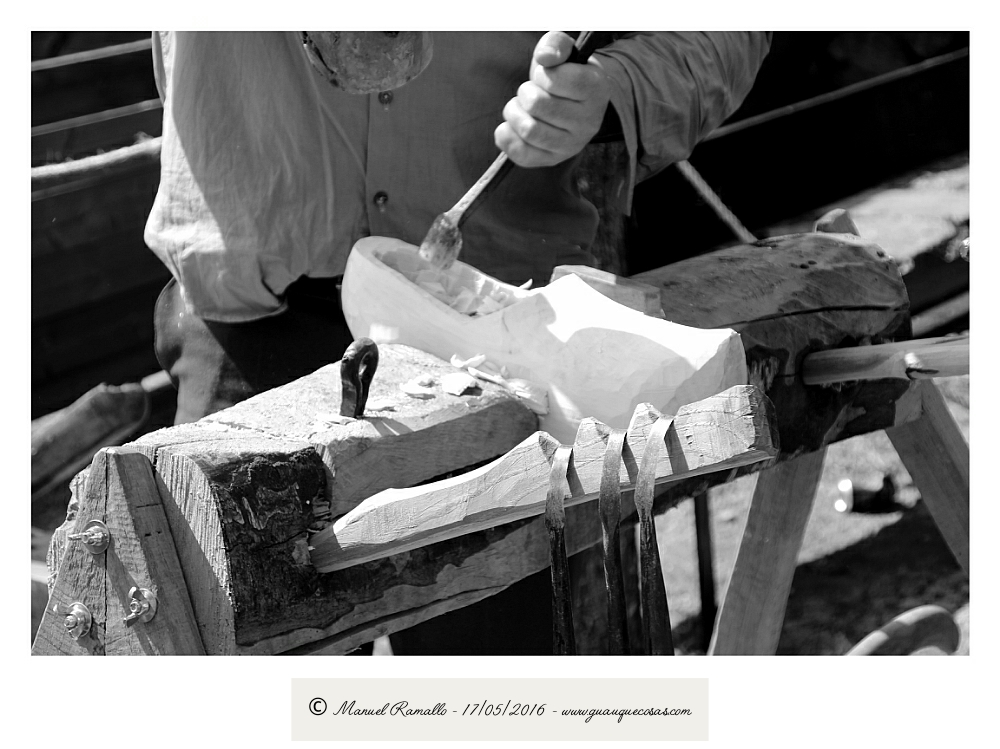Artesano haciendo zuecas de madera Raigame 2016 Vilanova dos Infantes Celanova blanco y negro B&W - Imagen: Manuel Ramallo