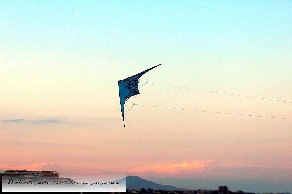Cometa al atardecer en el cielo de Peñíscola - Imagen: Manuel Ramallo