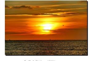 El rojo del atardecer tiñe el cielo y el agua del mar – Imagen: Manuel Ramallo