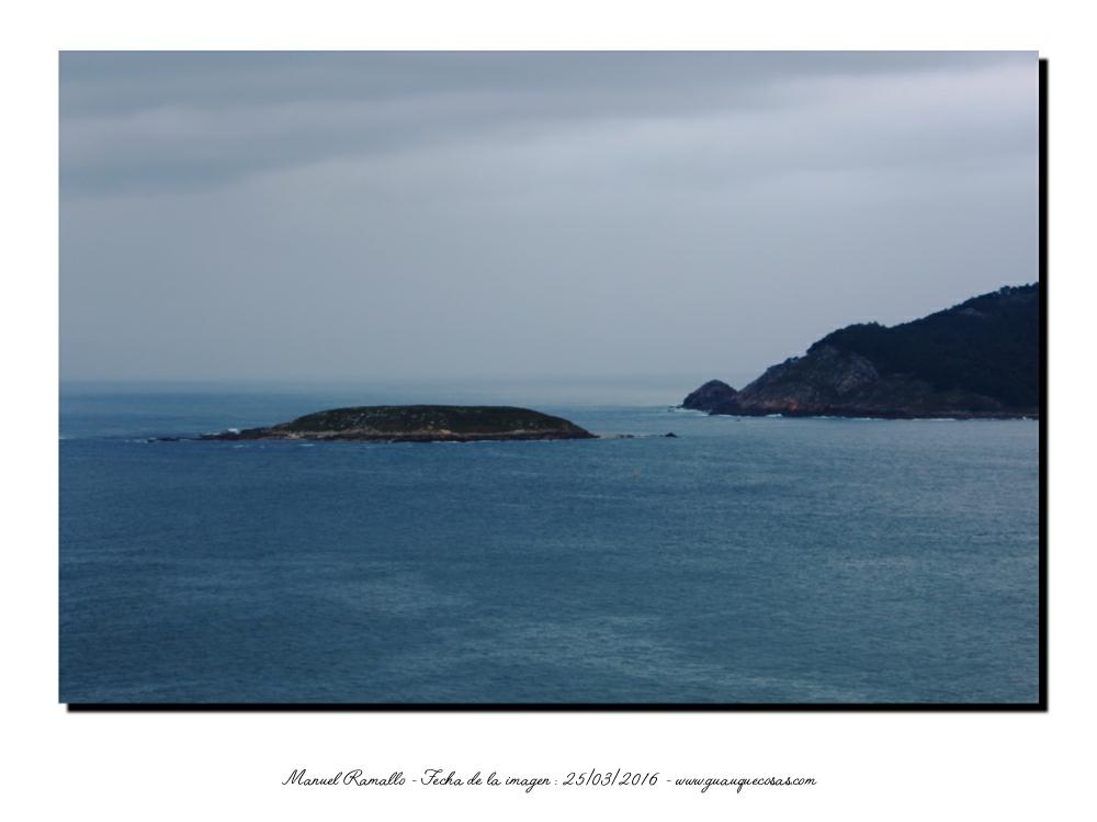 Islote cerca de la costa visto desde la Virgen de la Roca en Baiona - Imagen: Manuel Ramallo
