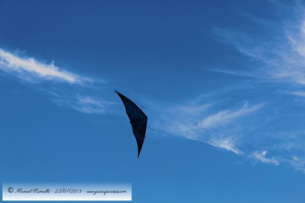 La cometa se perfila en el cielo azul con nubes blancas - Imagen: Manuel Ramallo