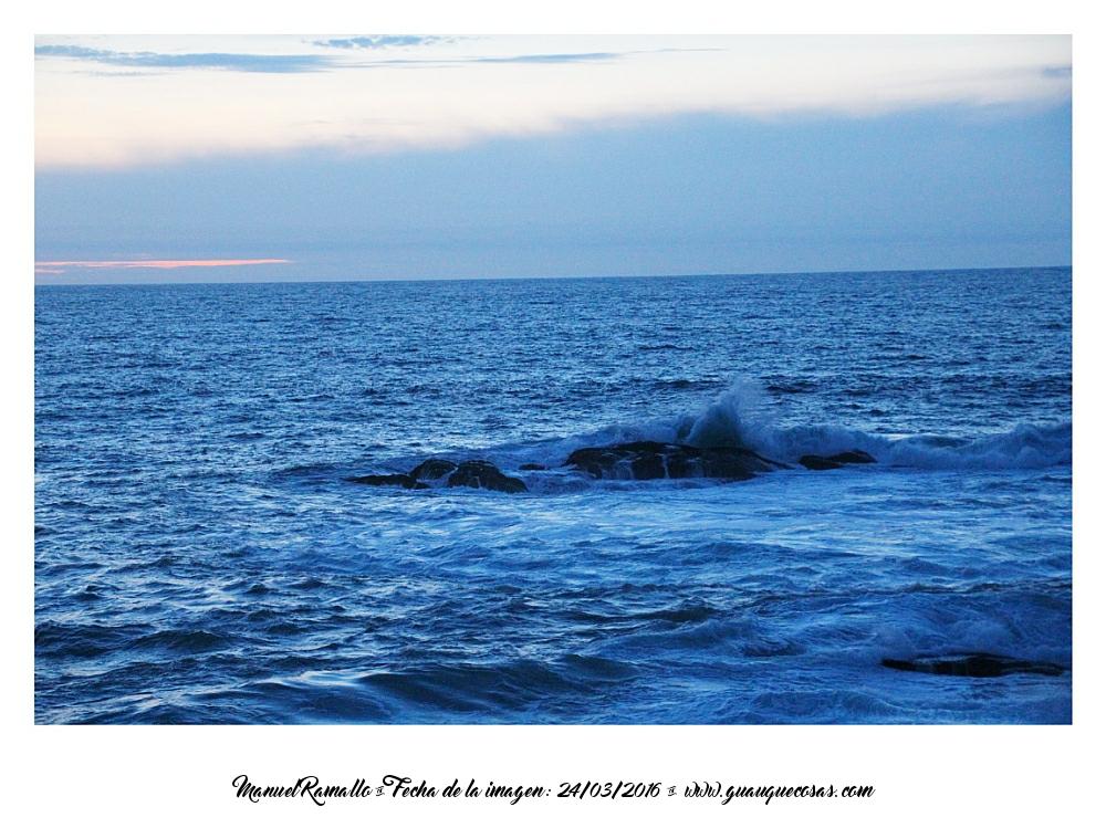 Mar con olas rompiendo en la costa de Baiona al atardecer - Imagen: Manuel Ramallo