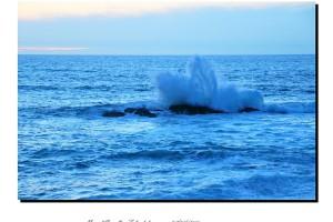 Olas rompiendo en las rocas en el mar Baiona – Imagen: Manuel Ramallo
