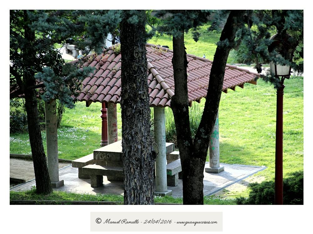 Parque Miño Orense tejado sombra bancos piedra árboles - Imagen: Manuel Ramallo