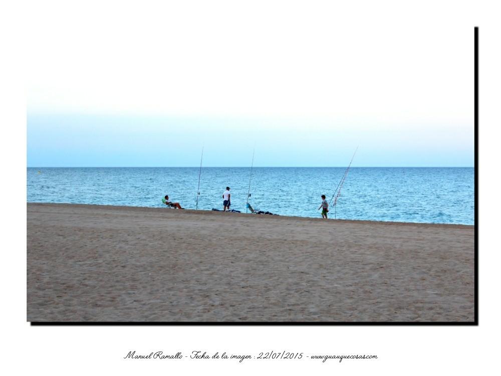 Pescando en la playa de Peñíscola al atardecer - Imagen: Manuel Ramallo