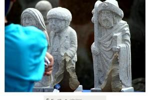 Santiago Apóstol y personajes típicos gallegos en piedra en la romería de Raigame en Vilanova dos Infantes Celanova – Imagen: Manuel Ramallo