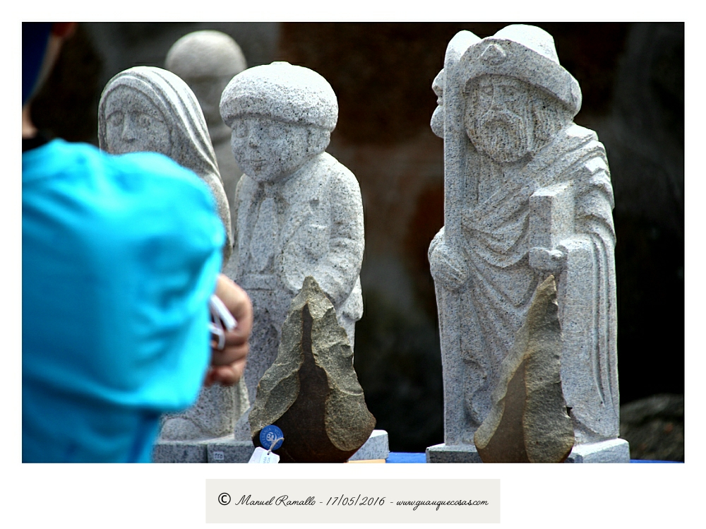 Santiago Apóstol y personajes típicos gallegos en piedra en la romería de Raigame en Vilanova dos Infantes Celanova - Imagen: Manuel Ramallo