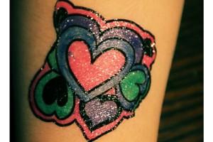 Tatuaje de corazones de colores vivos – Imagen: Manuel Ramallo