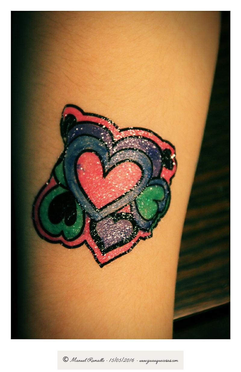 Tatuaje de corazones de colores vivos - Imagen: Manuel Ramallo