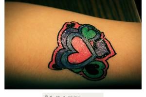 Tatuaje infantil con corazones y colores vivos – Imagen: Manuel Ramallo