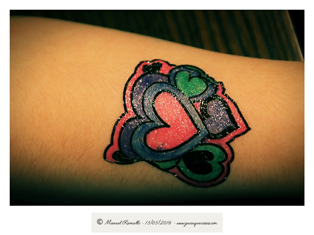 Tatuaje infantil con corazones y colores vivos - Imagen: Manuel Ramallo