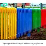 Valla de colores vivos en parque público Galicia – Imagen: Manuel Ramallo