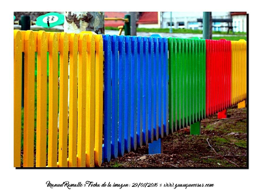 Valla de colores vivos en parque público Galicia - Imagen: Manuel Ramallo