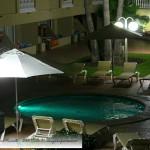 Vista nocturna de piscina infantil en hotel de Peñiscola – Imagen: Manuel Ramallo