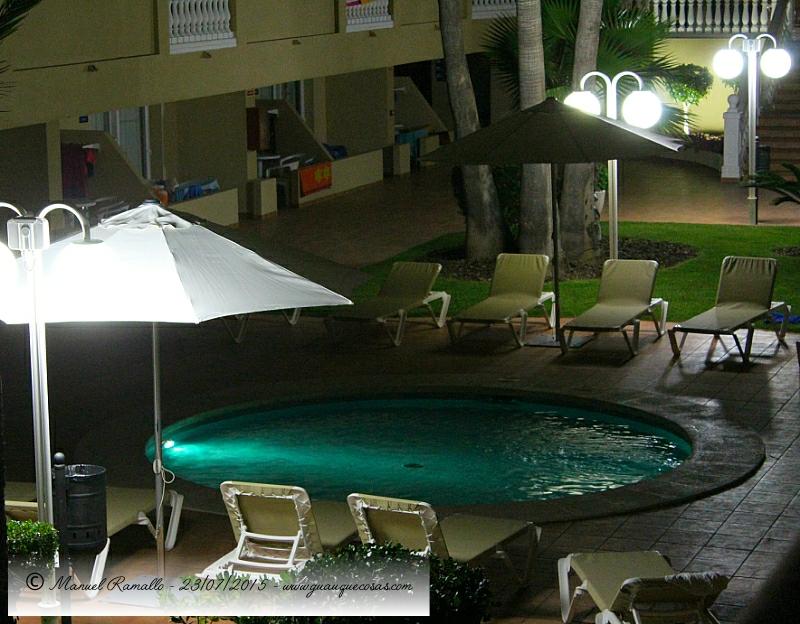 Vista nocturna de piscina infantil en hotel de Peñiscola - Imagen: Manuel Ramallo