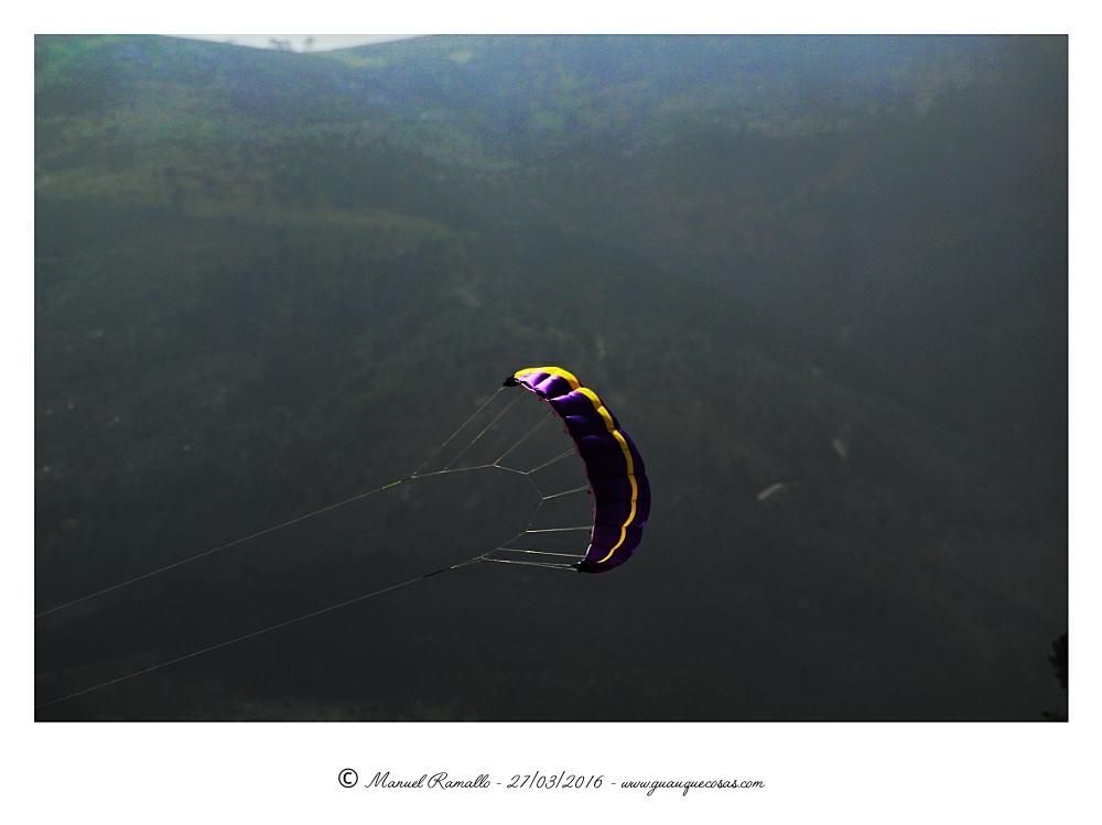 Cometa volando sobre verdes montes - Imagen: Manuel Ramallo