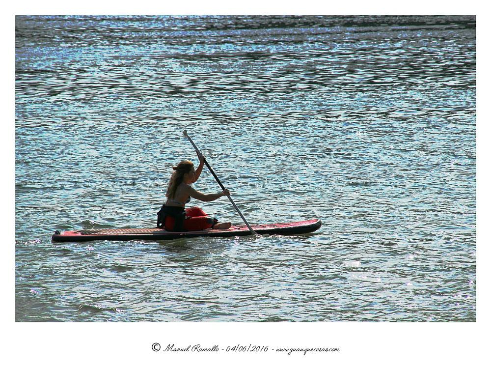 Remando en la playa Santa Cristina Oleiros A Coruña - Imagen: Manuel Ramallo