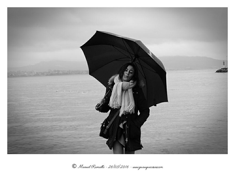 Retrato en blanco y negro con paraguas B&W - Imagen: Manuel Ramallo