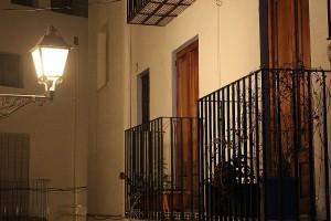 Balcones en Peñíscola a la luz de la farola autor Manuel Ramallo