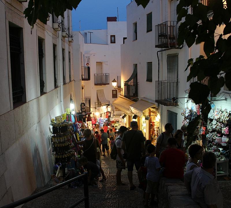 Callejuela de Peñíscola vista ambiente noche autor Manuel Ramallo