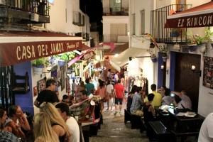 Fortaleza de Peñíscola calle llena de gente cenando en verano autor Manuel Ramallo