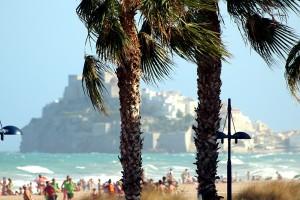 Peñíscola pueblo desde la playa día ventoso