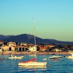 Barcos en el mar puerto de Panxón con playa América al fondo autor Manuel Ramallo