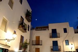 Noche de verano en plazas y calles de Peñíscola autor Manuel Ramallo