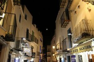 Peñíscola calle noche casas blancas y balcones luna Autor Manuel Ramallo