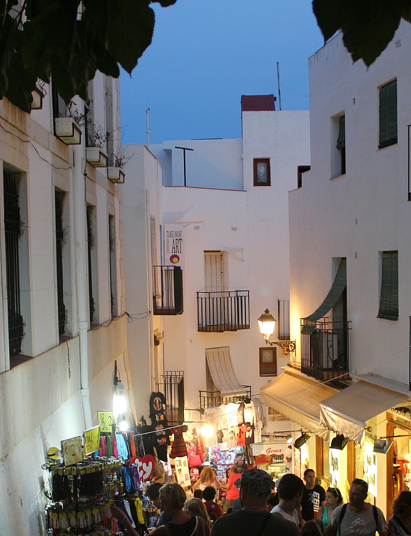 Peñiscola callejuela con tiendas y turistas Autor Manuel Ramallo