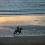 Cabalgando a caballo por playa América Panxón autor Manuel Ramallo