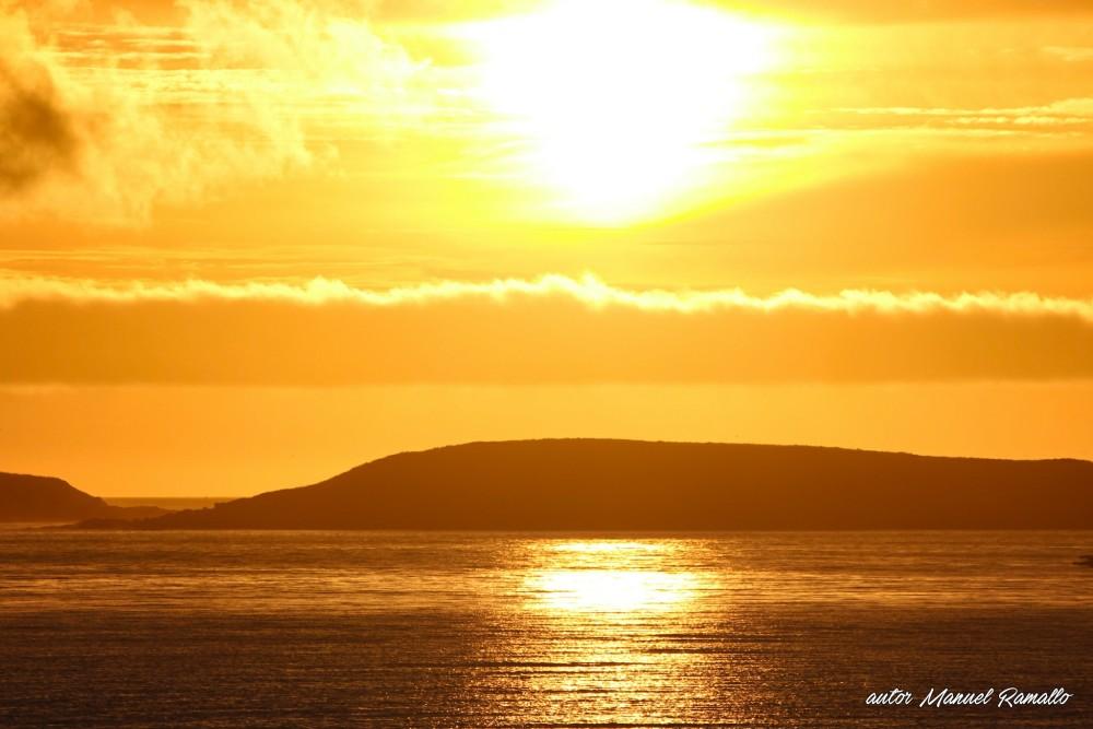 Atardecer con el sol sobre las islas y el mar Playa América
