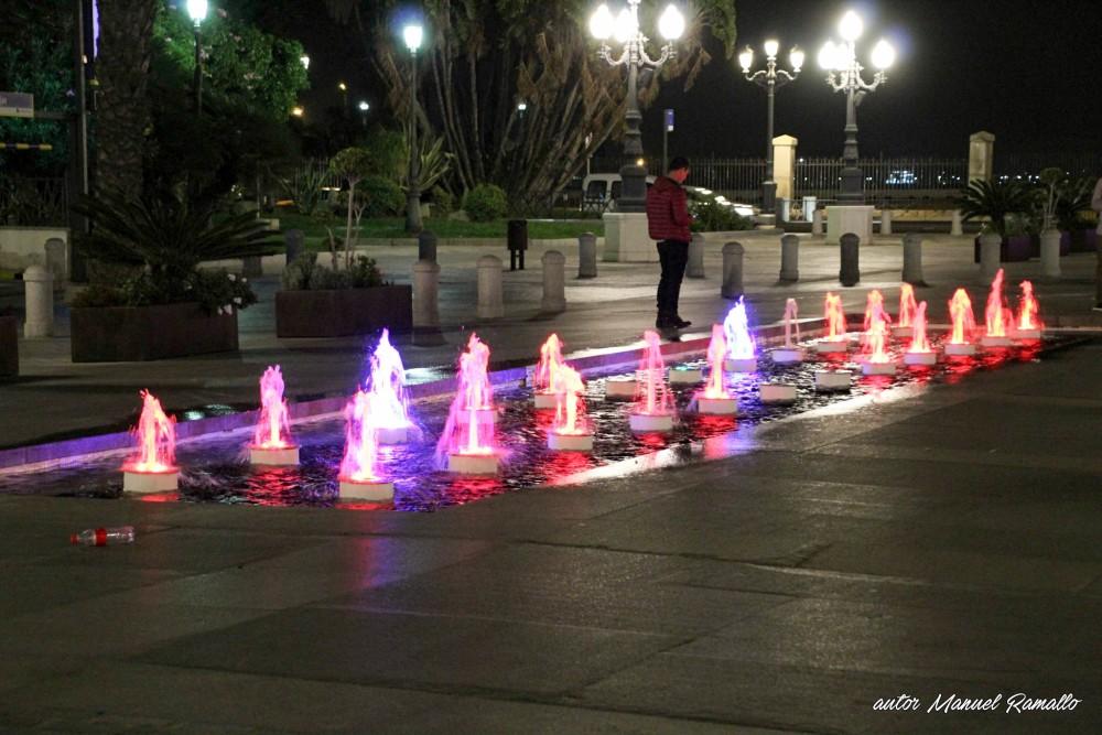 Cádiz fuente nocturna delante del ayuntamiento