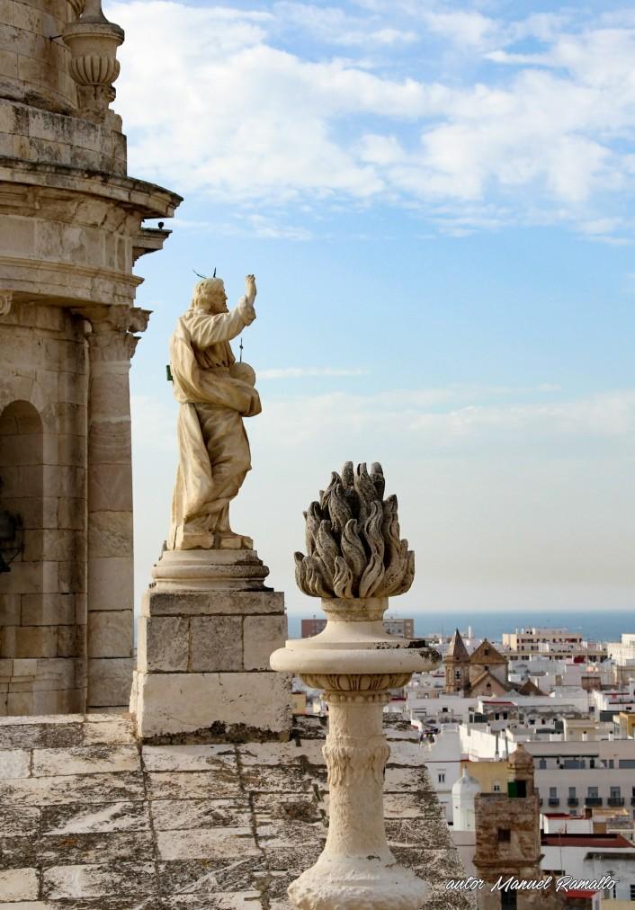 Catedral de Cádiz escultura de Jesús y cúpula vista desde la torre campanatio