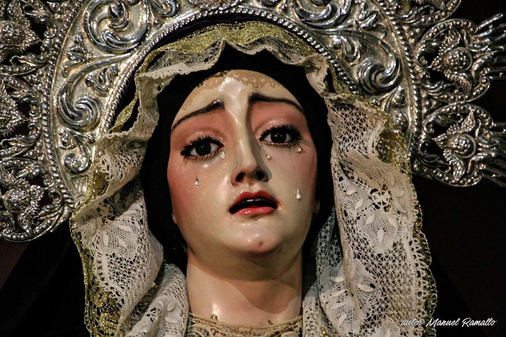 Detalle de la escultura de la Virgen María con lágrimas en los ojos en la vieja catedral de Cádiz iglesia de Santa Cruz