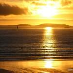 El sol del atardecer ilumina el agua de Playa América