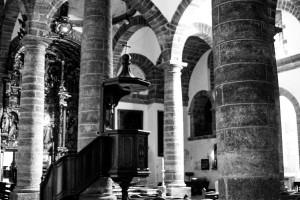 Interior de la iglesia de la Santa Cruz fe Cádiz antigua catedral en blanco y negro b-n b-w