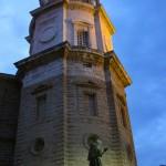 Lateral de la torre campanario de la catedral de Cádiz vista nocturna
