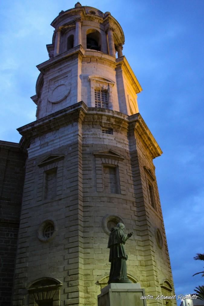 Lateral de la torre campanario de Cádiz vista nocturna
