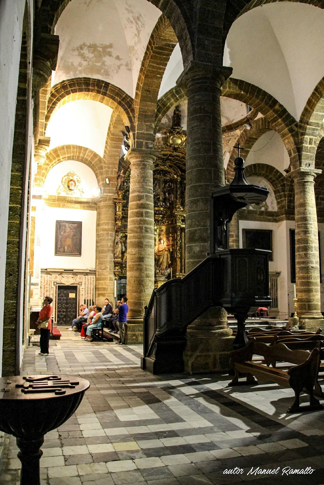 Nave lateral en la catedral antigua o vieja de Cádiz iglesia de Santa Cruz