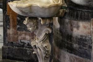 Pila de agua bendita en la catedral de Cádiz