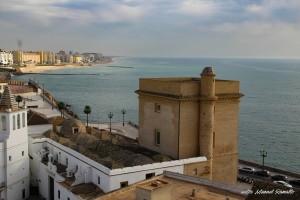 Playa bahía de Cádiz desde la torre de la Catedral con vista de las cúpulas de la catedral vieja
