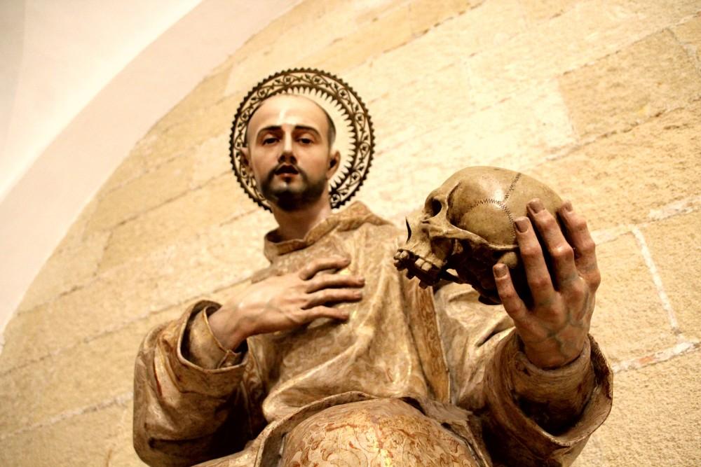 San Bruno con calavera en la mano escultura de la catedral de Jerez de la Frontera Cádiz autor Manuel Ramallo