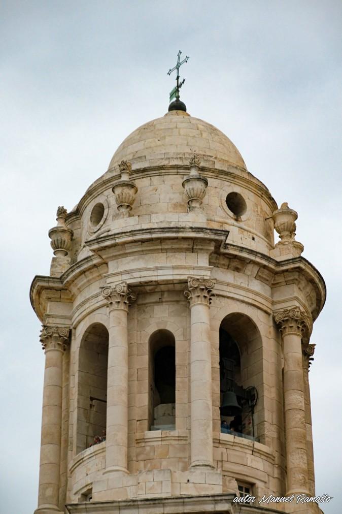 Vista parcial de la torre del campanario de la catedral de Cádiz