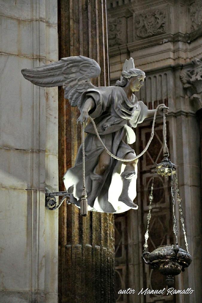 Ángel sosteniendo una lámpara en catedral de Cádiz España Andalucía