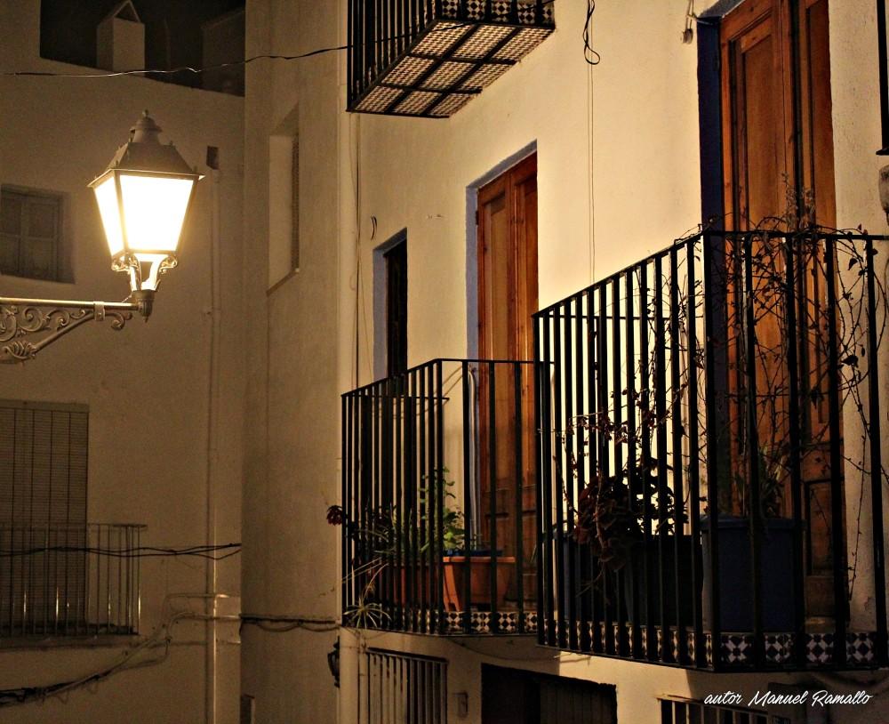 Balcón en callejuela típica de Peñíscola noche
