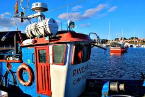 Barco de pesca en el muelle Portonovo Sanxenxo Pontevedra