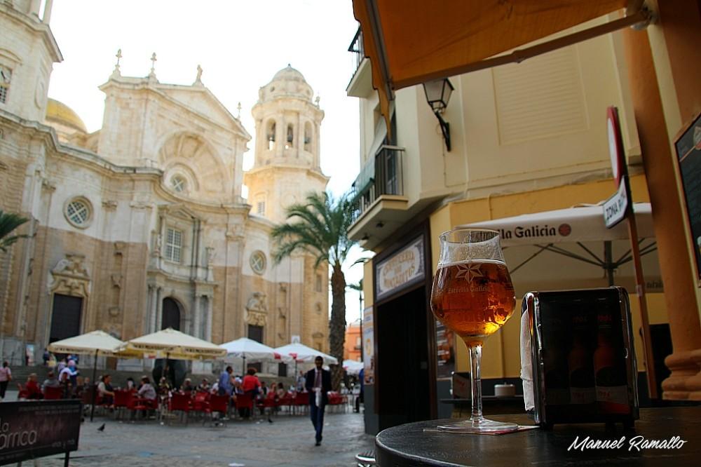 Caña de cerveza Estrella de Galicia en plaza de la catedral de Cádiz