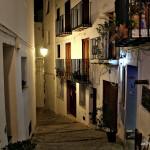 Callejuela típica de Peñíscola de noche