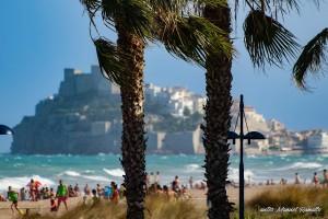 Castillo de Peñíscola desde la playa en día de viento